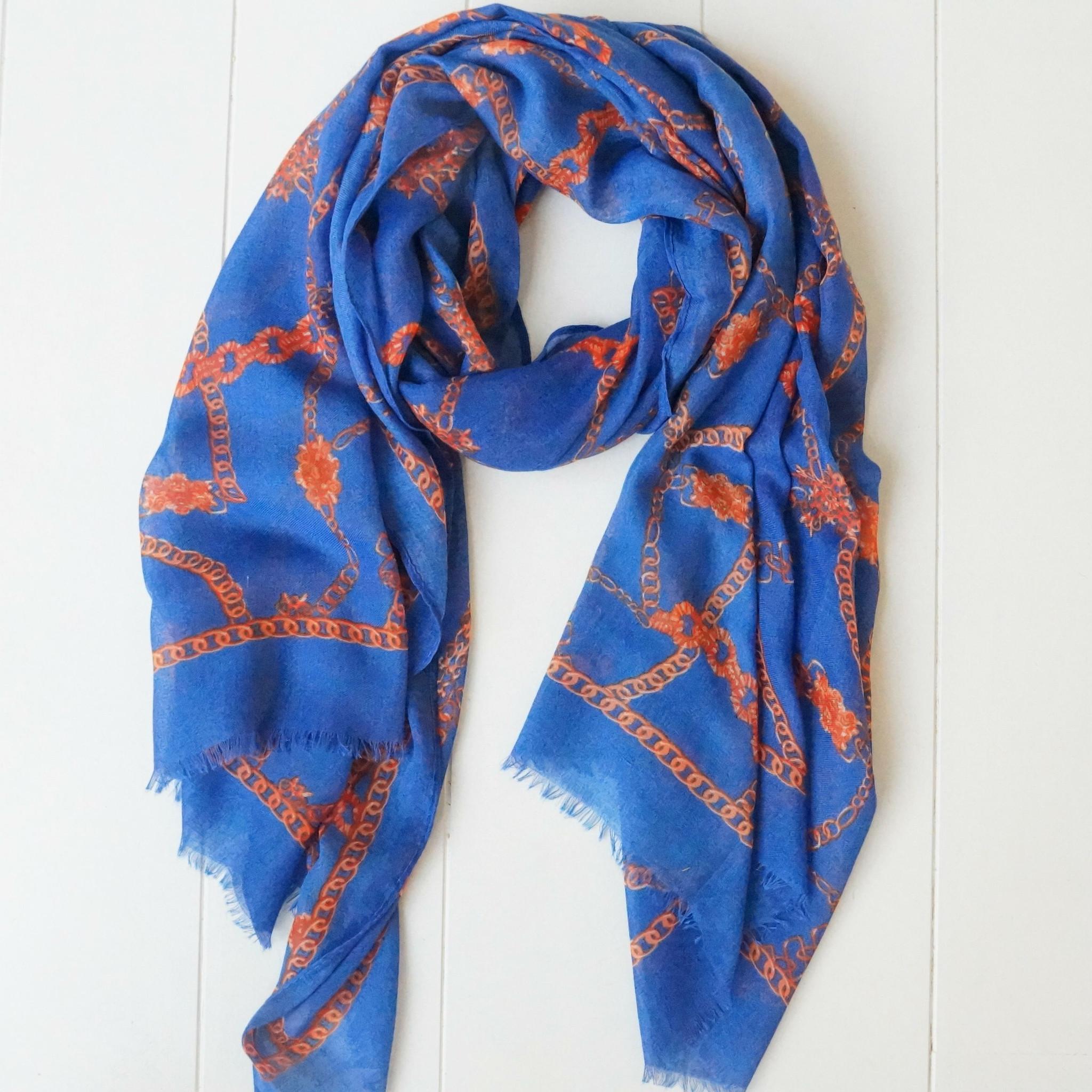 Blauwe sjaal met kettingprint