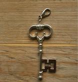 Zilverkleurige hanger sleutel