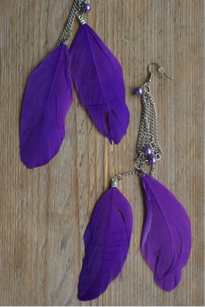 Oorbellen met paarse veren