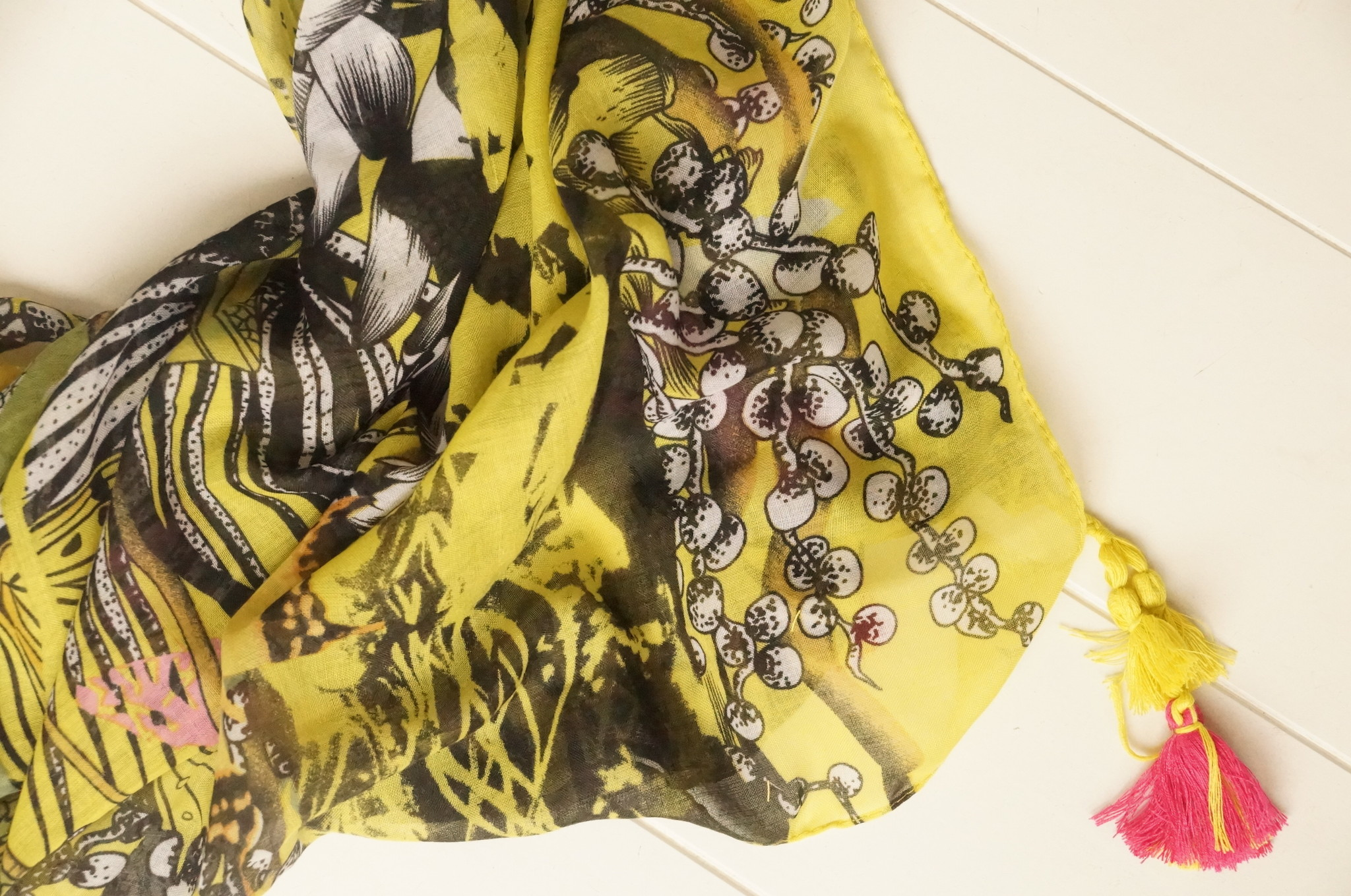 Vierkante sjaal met kwastjes geel