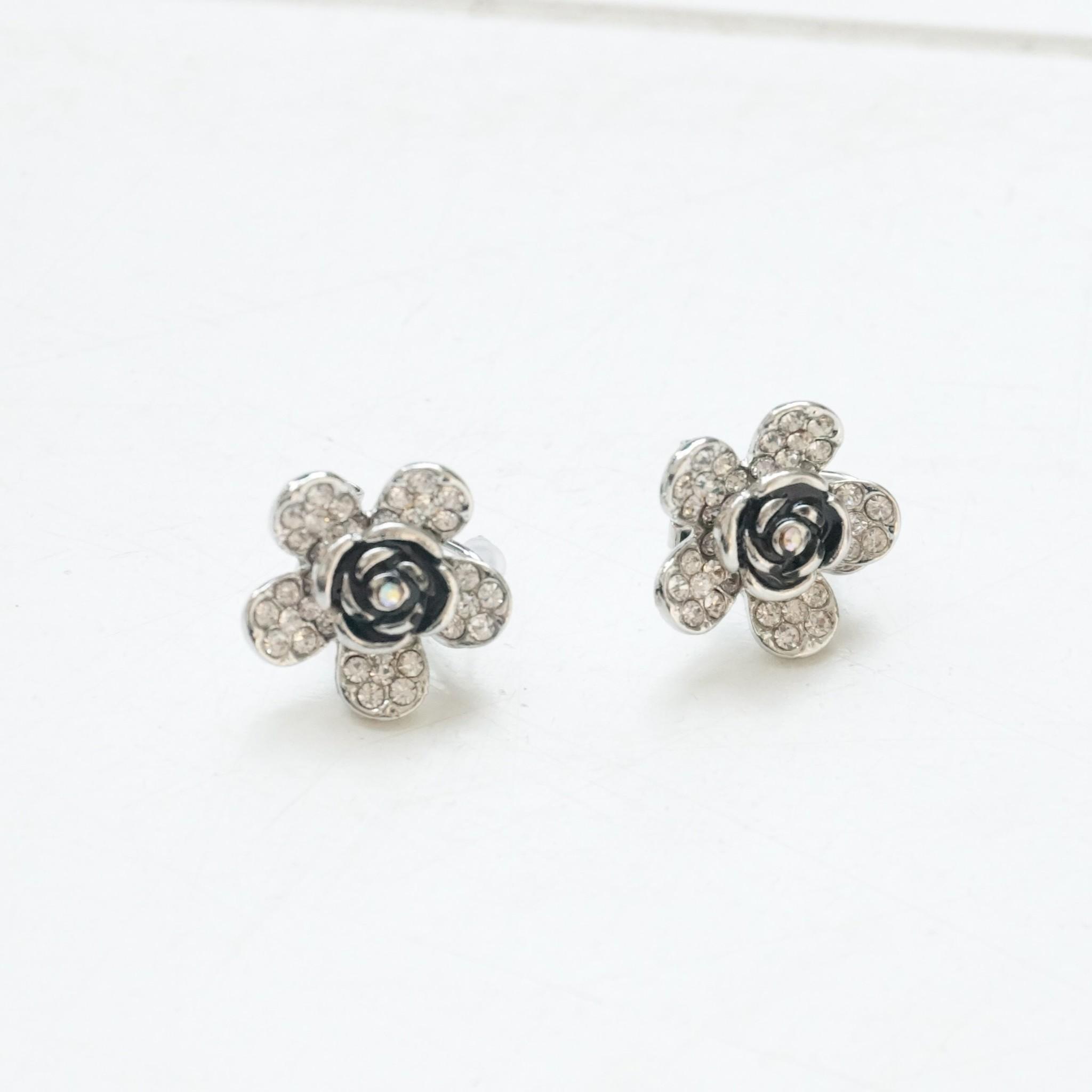 Zilverkleurige bloemoorbelletjes