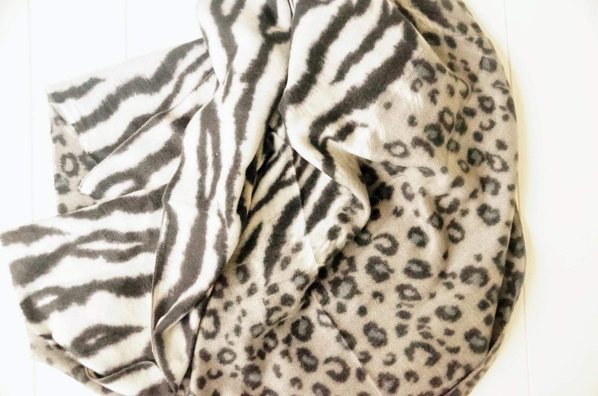 Zwart witte sjaal dierenprint