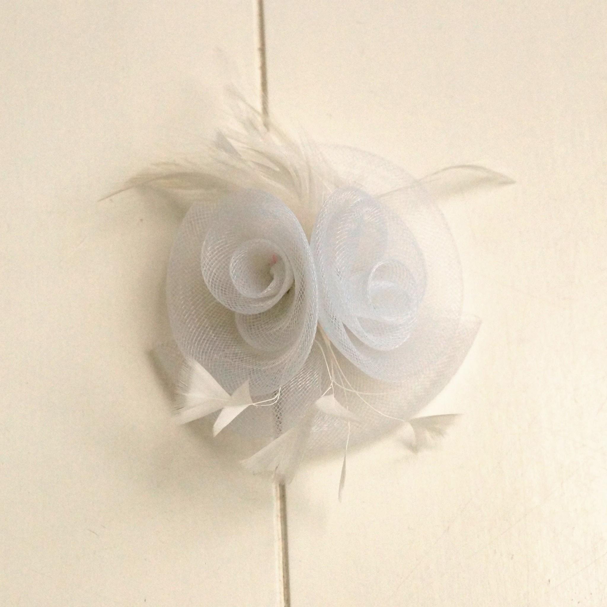 Witte bruidscorsage met veertjes