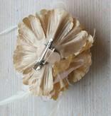 Licht bruine corsage met veertjes