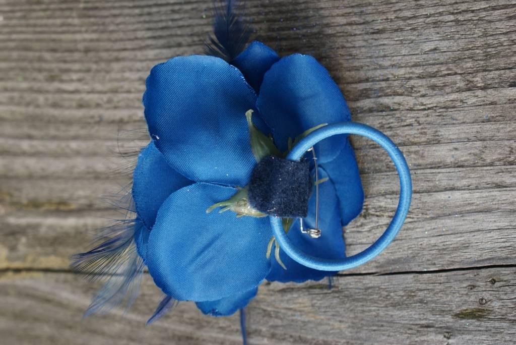 Kobalt blauwe bloem corsage met veertjes