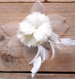 Cremekleurige corsage met tule en veren
