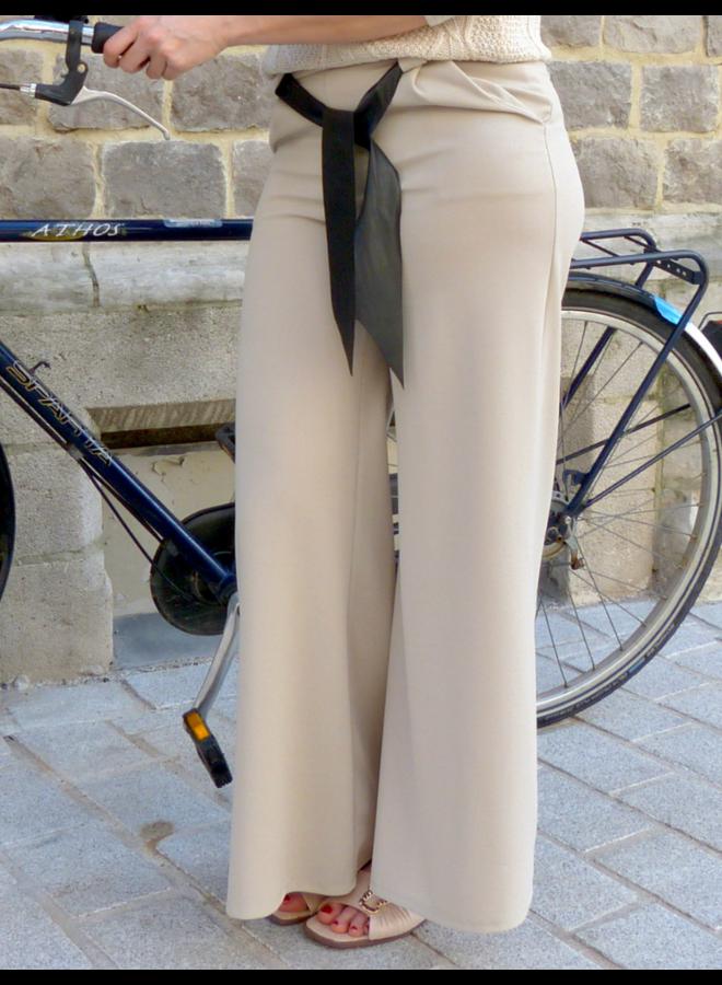 Pantalon large avec ceinture noire