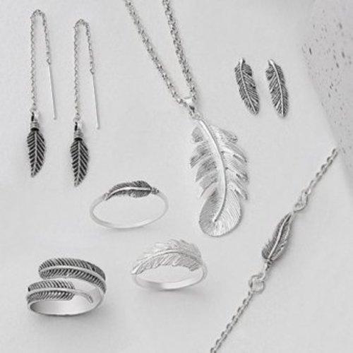 Zilveren sieraden met een veer