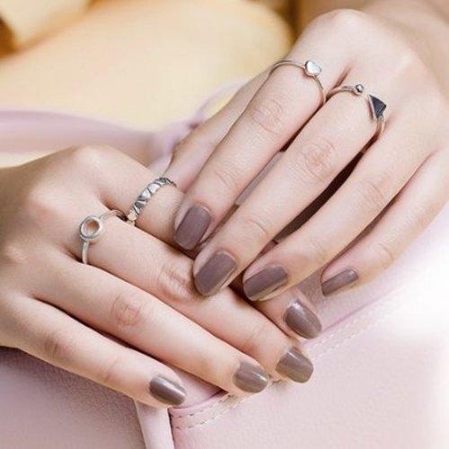 Versier je vingers met zilveren ringen.