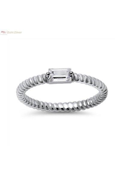 Zilveren smalle gedraaide ring rechthoekige witte cz