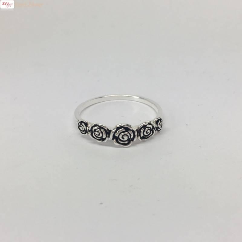 Zilveren ring met 5 roosjes-3
