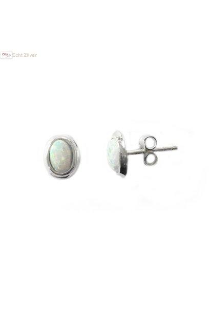 Zilveren kleine zeer leuke witte ovale opaal oorbellen