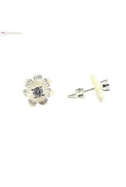 Zilveren parelmoer zirkonia bloem oorstekers