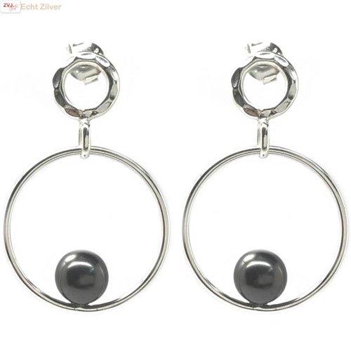 ZilverVoorJou gehamerd Zilveren design oorringen met parel
