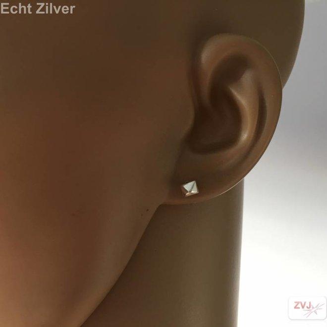 Zilveren kleine pyramide stud oorstekers