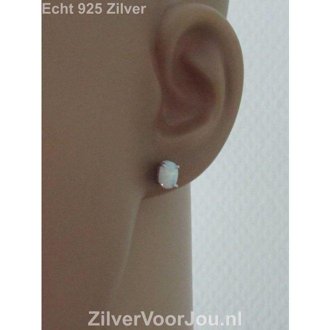 Zilveren witte ovale opaal oorstekers