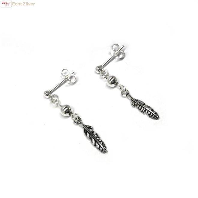 Zilveren oorstekers met veer hangertjes