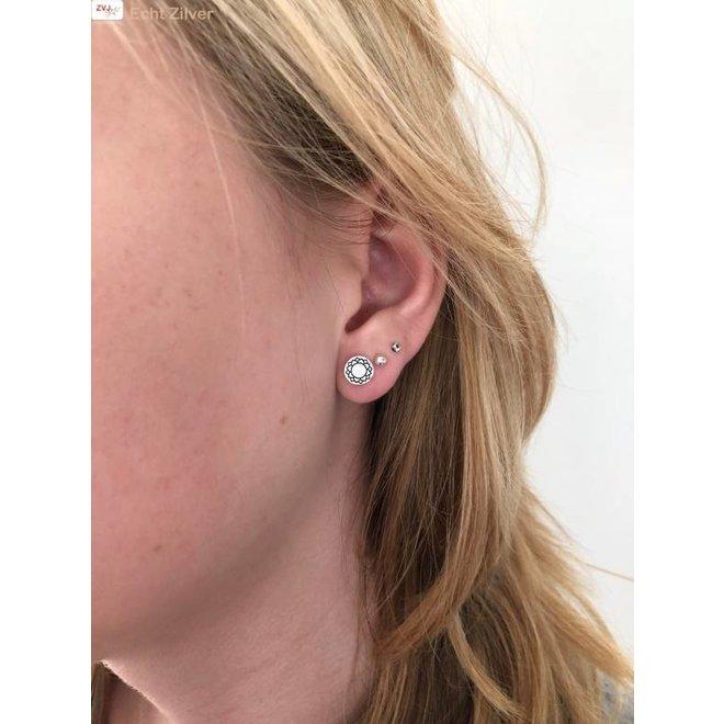 Zilveren ronde oorstekers keel chakra