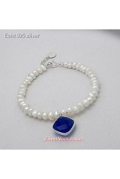 Zilveren armband met zoetwaterparels en blauwe chalcedoon bedel