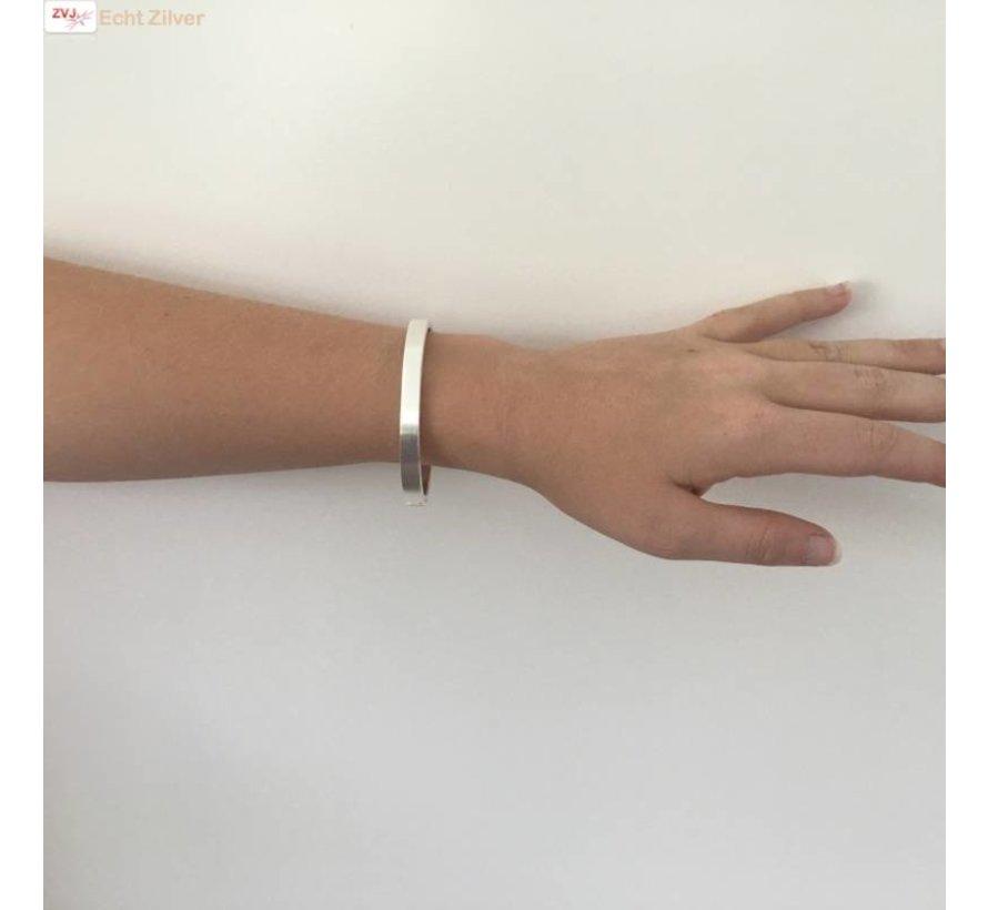Zilveren zijdemat ovale slavenarmband 64x56 7mm breed