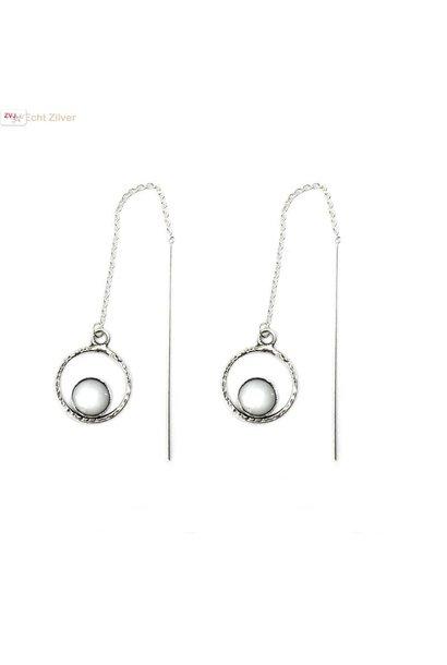 Zilveren cirkel doorhaaloorbellen met parelmoer