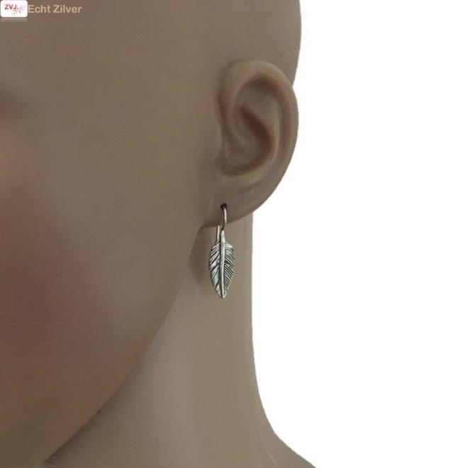 Zilveren haak veer oorhangers