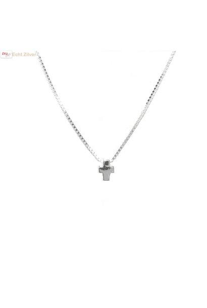 Zilveren collier met mini kruis