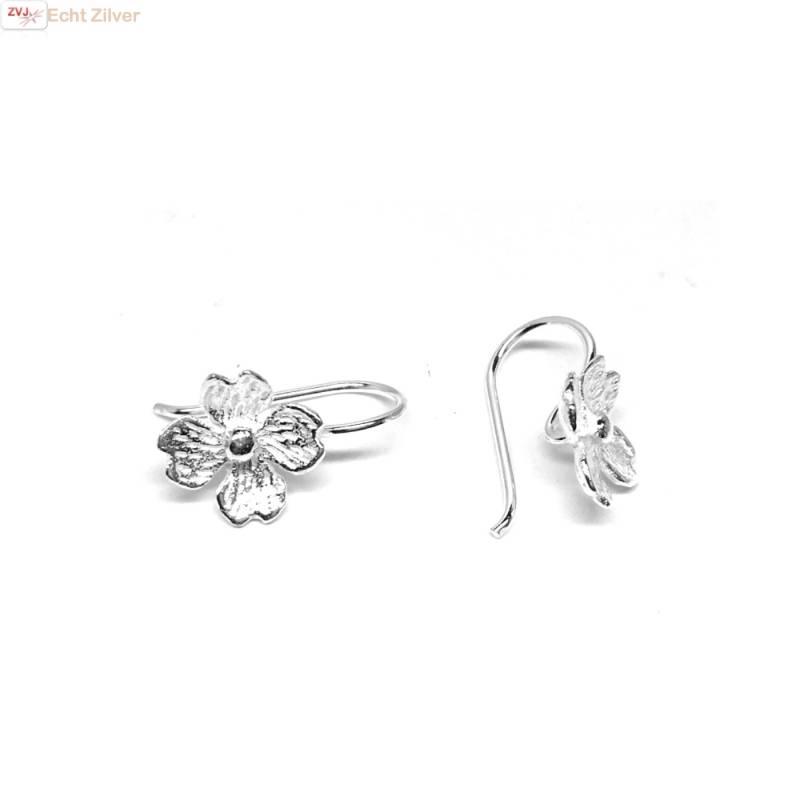 Zilveren kleine bloem oorhangers-1