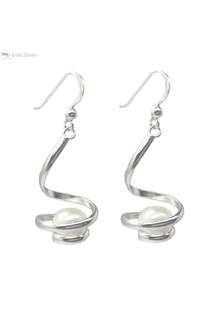 Zilveren design oorhangers met witte zoetwaterparel