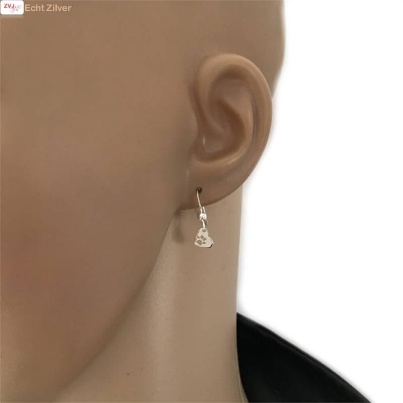 Zilveren oorhangers met hart en pootafdruk-2