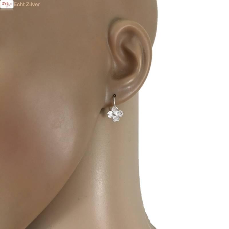 Zilveren kleine bloem oorhangers-2