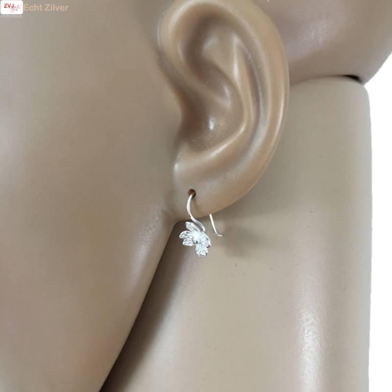 Zilveren kleine bloem oorhangers-3
