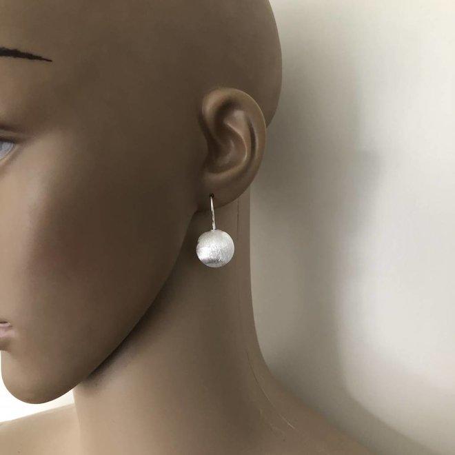 Mat zilveren discus oorbellen