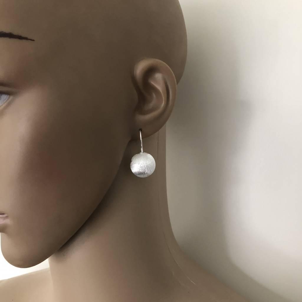Mat zilveren discus oorbellen-2