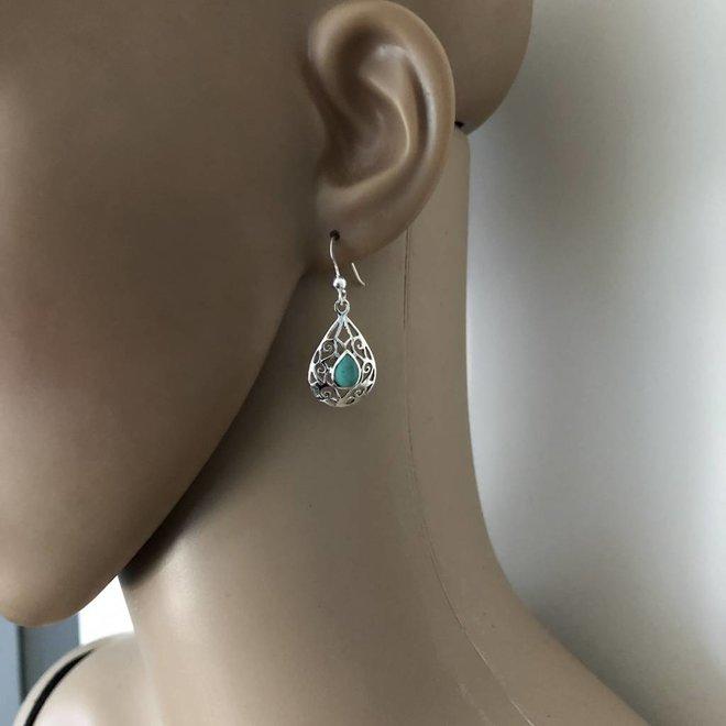 Zilveren opengewerkte druppel oorbellen met turkoois groene steen