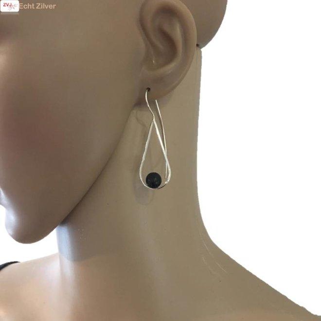 Zilveren design oorbellen met zwarte lava steen