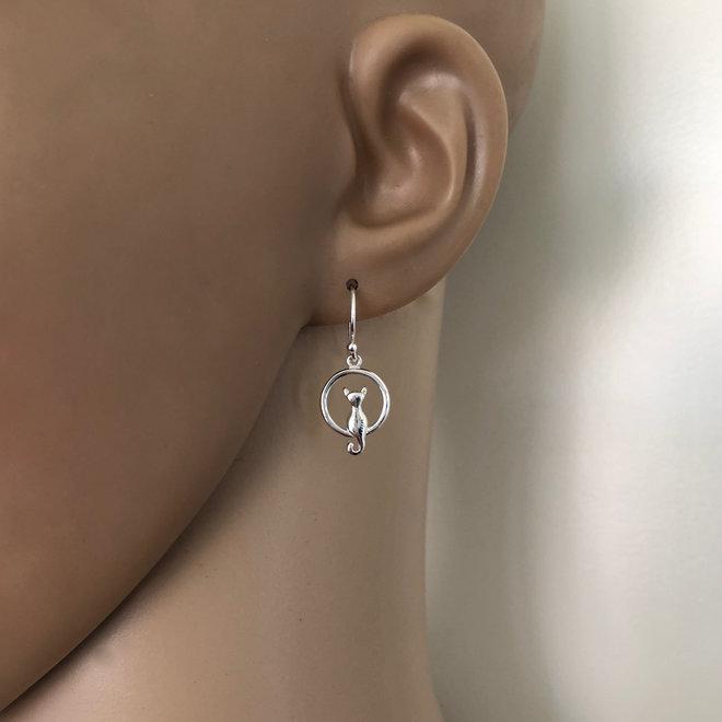 Zilveren cirkel oorhangers met poes