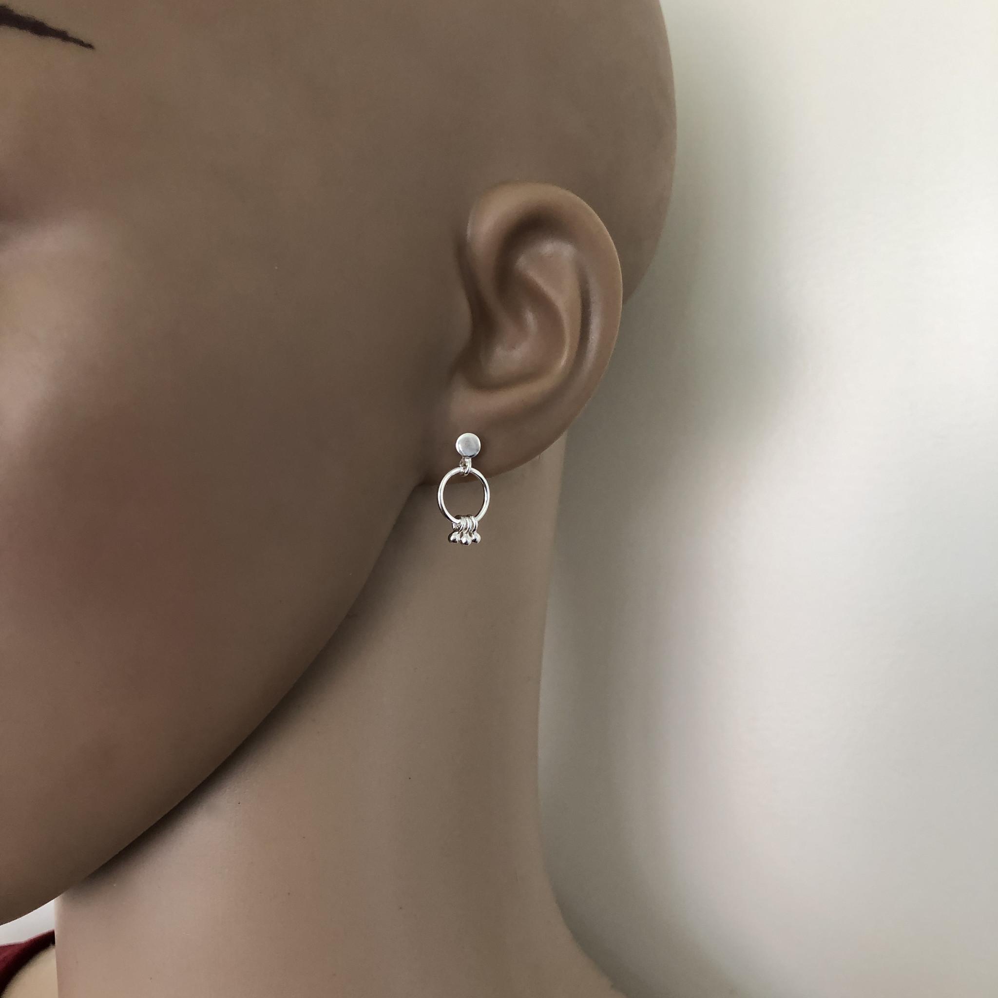 Zilveren oorstekers met ringetjes en kleine balletjes-2