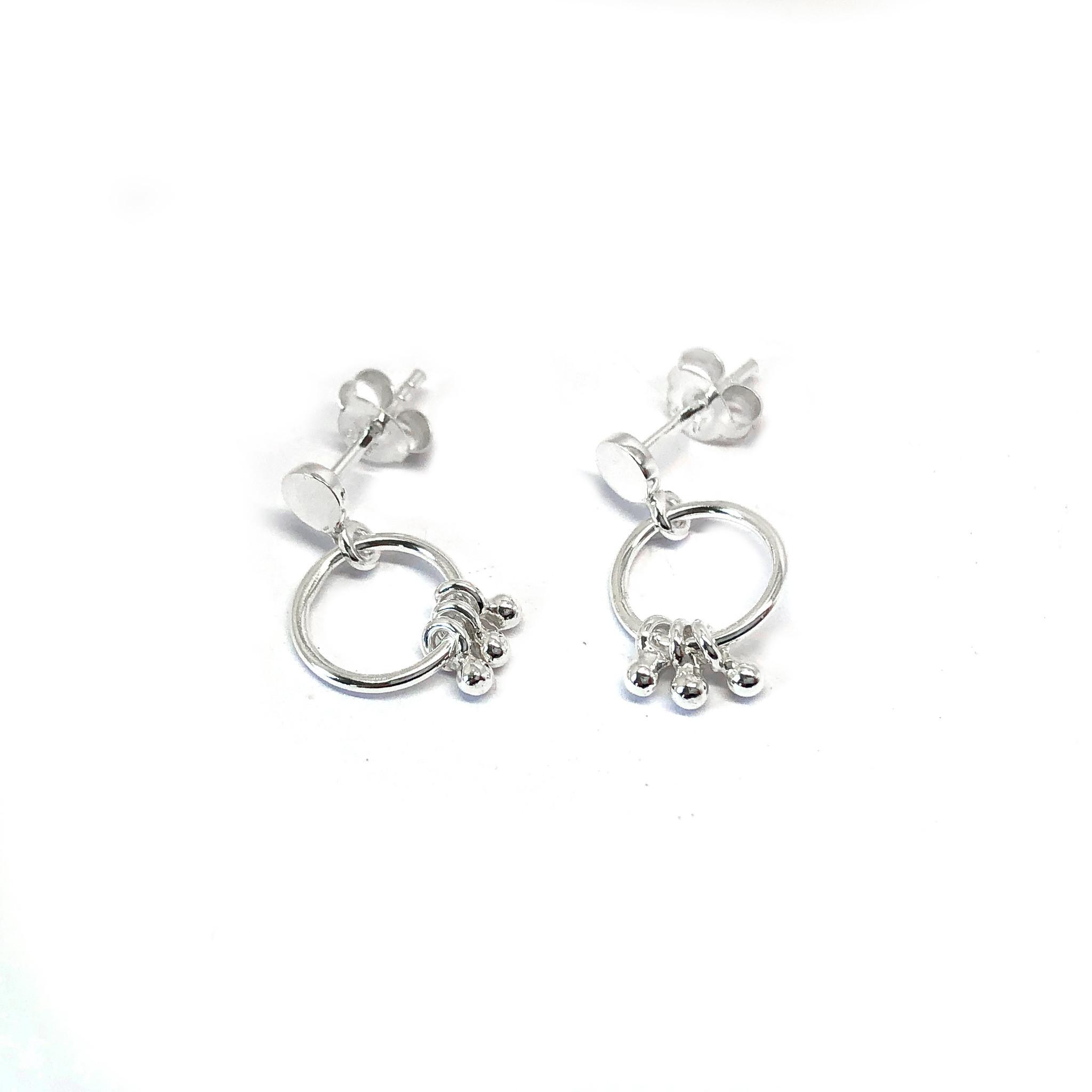 Zilveren oorstekers met ringetjes en kleine balletjes-3