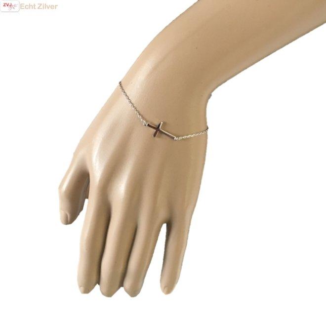 Zilveren liggend kruis armbandje