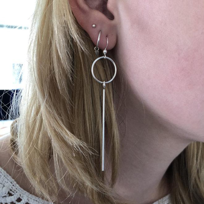 Zilveren cirkel en lange staaf oorhangers