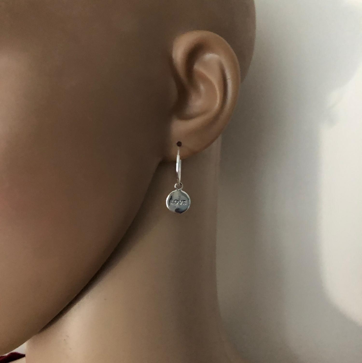 925 zilveren oorringen met ronde LOVE bedel-2