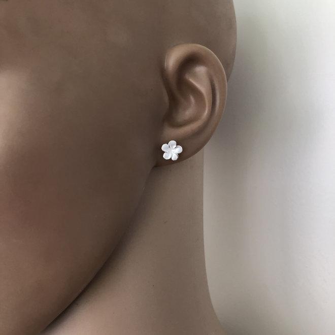 Mat zilveren kleine bloem oorstekers