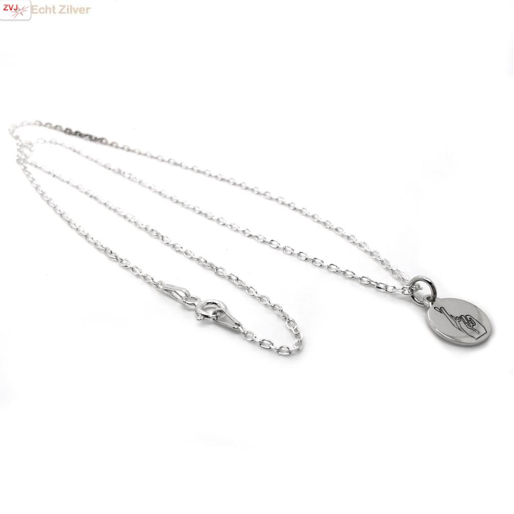 Zilveren ketting met ronde hanger handgebaar fingers crossed-3