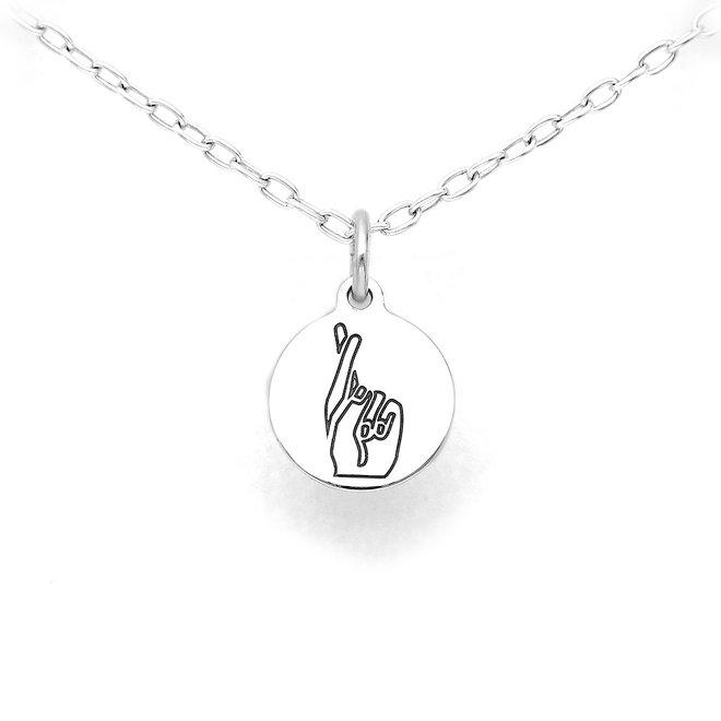 Zilveren ketting met ronde hanger handgebaar fingers crossed