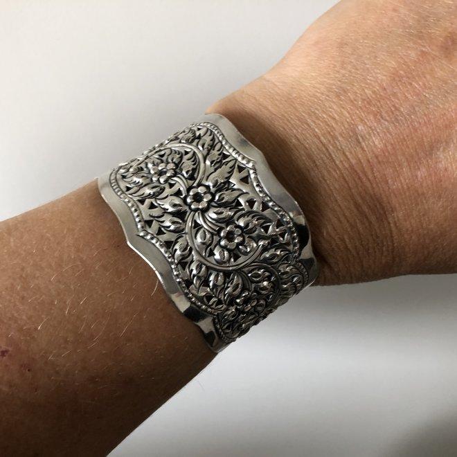 Zilveren 40 mm brede bloem klemarmband
