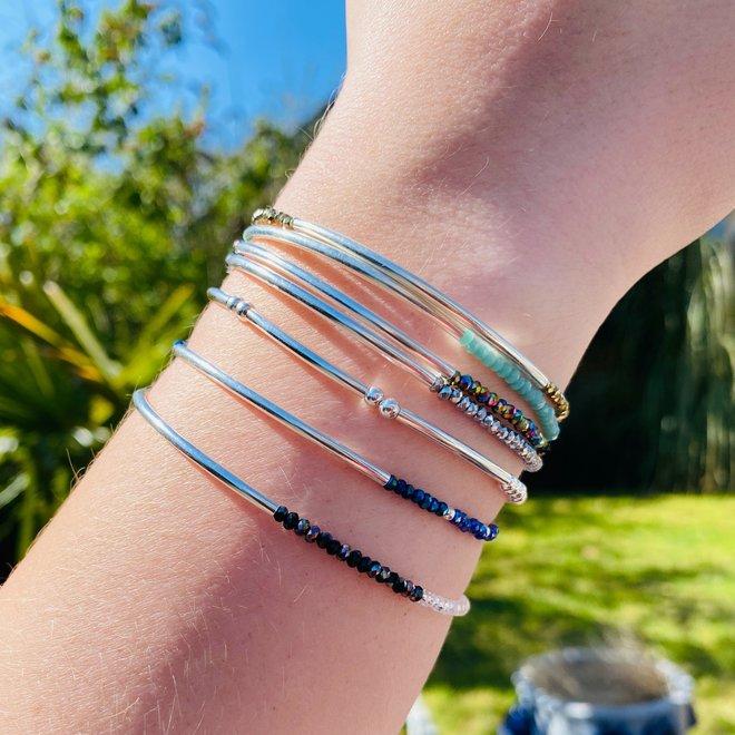 Zilveren koker roze paars blauw crystal armbandje