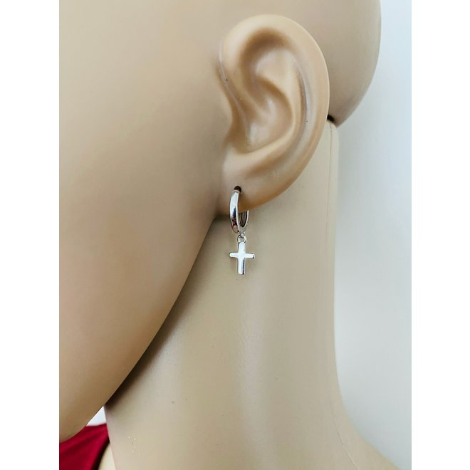 Zilveren huggie oorringen met kruis hanger