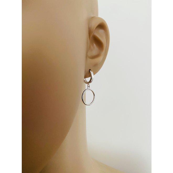 Zilveren huggie oorringen met cirkel hanger