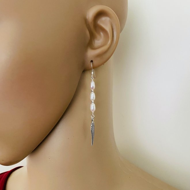Zilveren lange parels veer oorhangers